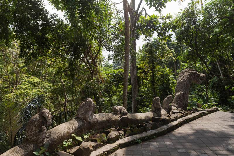 Statues de macaques sur un serpent