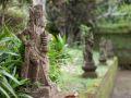 Statues le long du mur d'enceinte à Pura Tirta Empul
