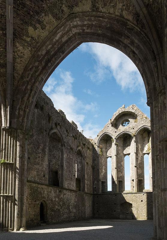 Intérieur de la cathédrale à Rock of Cashel. Le toit a été ôté en 1749.