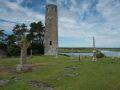 Croix celtique et tour ronde, dans le monastère de Clonmacnoise, sur les rives du Shannon.