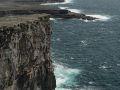 Vue sur les vagues de l'océan atlantique depuis Dun Aengus. Ce fort composé de quatre cercles de pierre ouvert sur situe en haut des plus hautes falaises de l'île.