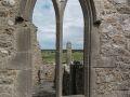 Tour ronde à travers une fenêtre, dans le monastère de Clonmacnoise, sur les rives du Shannon.