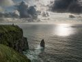 Les Falaises de Moher (Cliffs of Moher) au soleil couchant.