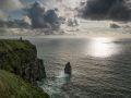 Les Falaises de Moher (Cliffs of Moher) au soleil couchant.