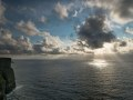 Vue sur l'atlantique depuis les falaises de Moher. Après un temps gris, le soleil a joué avec les nuages.